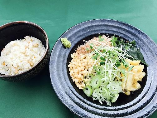 冷たい薬味蕎麦とかやくご飯のセット